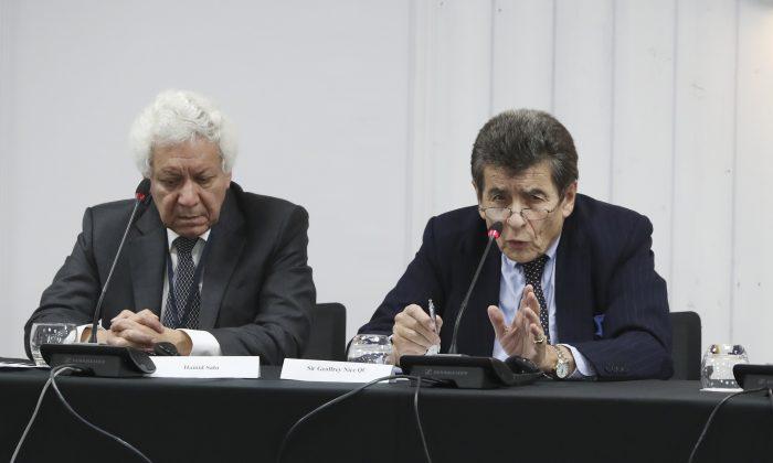 倫敦「獨立人民法庭」法律顧問Hamid Sabi(左)和法庭主席尼斯爵士(Sir Geoffrey Nice QC)。(Justin Palmer/大紀元)