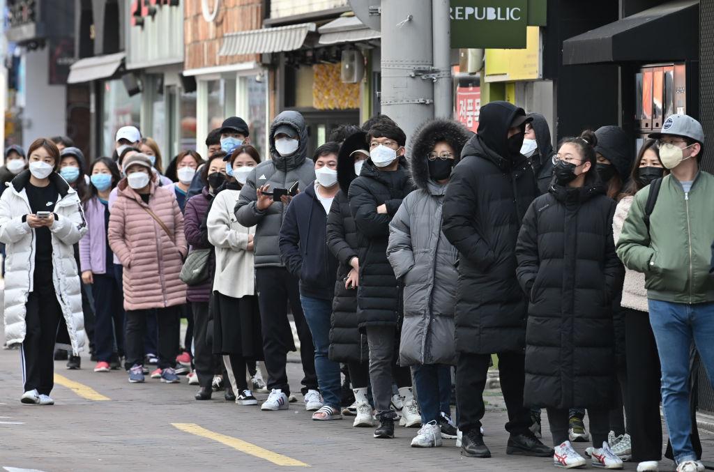2020年2月27日,南韓大邱市居民排隊購買口罩。(Photo by JUNG YEON-JE/AFP via Getty Images)