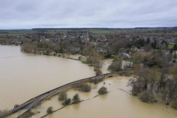2020年12月26日,英國貝德福德哈羅德(Harrold),大烏斯河(Great Ouse)氾濫成災。(Dan Kitwood/Getty Images)
