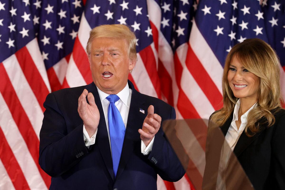 2020年11月4日凌晨,總統唐納德·特朗普和第一夫人梅拉尼婭·特朗普在華盛頓白宮東廳。(Chip Somodevilla/Getty Images )