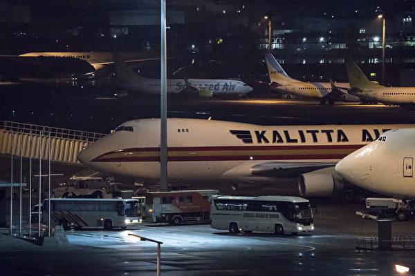美國國務院發言人告訴CNN,三百多名鑽石公主號郵輪上的乘客(主要是美國公民)乘坐美國政府租用的兩架包機返美。(Tomohiro Ohsumi/Getty Images)