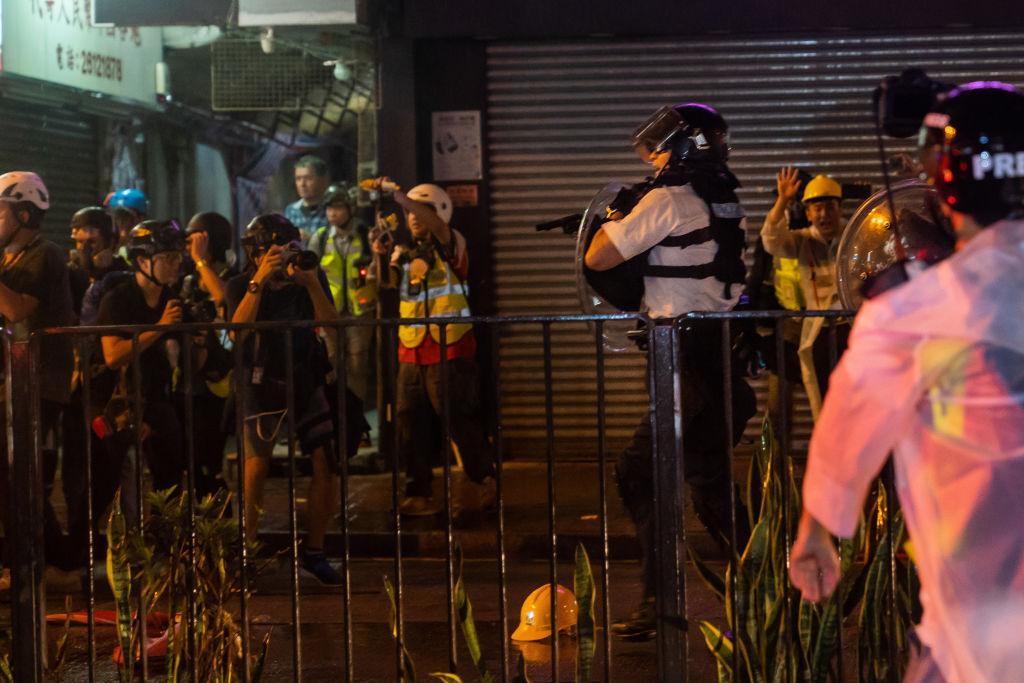 周日(8月25日)香港人民進行「反送中」抗議活動期間,一名香港警察開槍射擊,這是自6月份「反送中」示威活動爆發以來,警察首次開真槍。(Billy H.C. Kwok/Getty Images)