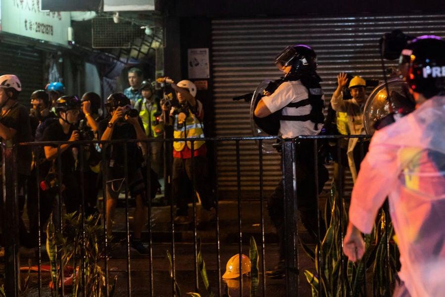 反送中警方暴力升級 動用水炮車 開真槍