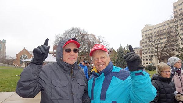 2020年12月12日下午,Timothy Parker(左)和朋友Larry Van Beek 參加美國密歇根州「停止竊選」集會。(林樸/大紀元)