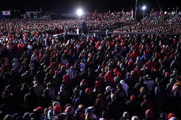 2020年10月31日,美國賓夕凡尼亞州巴特勒(Butler),總統特朗普在匹茲堡-巴特勒地區機場舉行競選集會。(MANDEL NGAN/AFP via Getty Images)