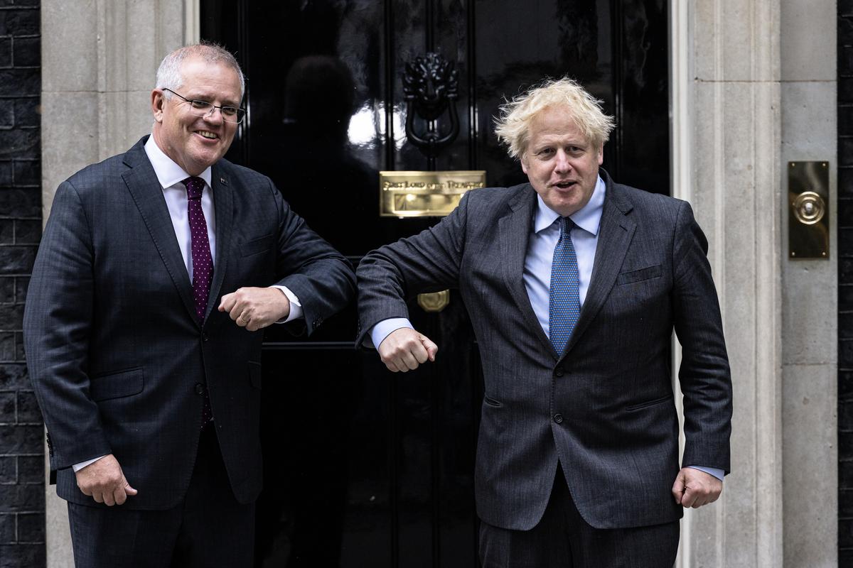 2021年6月14日,澳洲總理莫里森(左)和英國首相約翰遜(右)在英國首相官邸門前互相致意。(Rob Pinney/Getty Images)