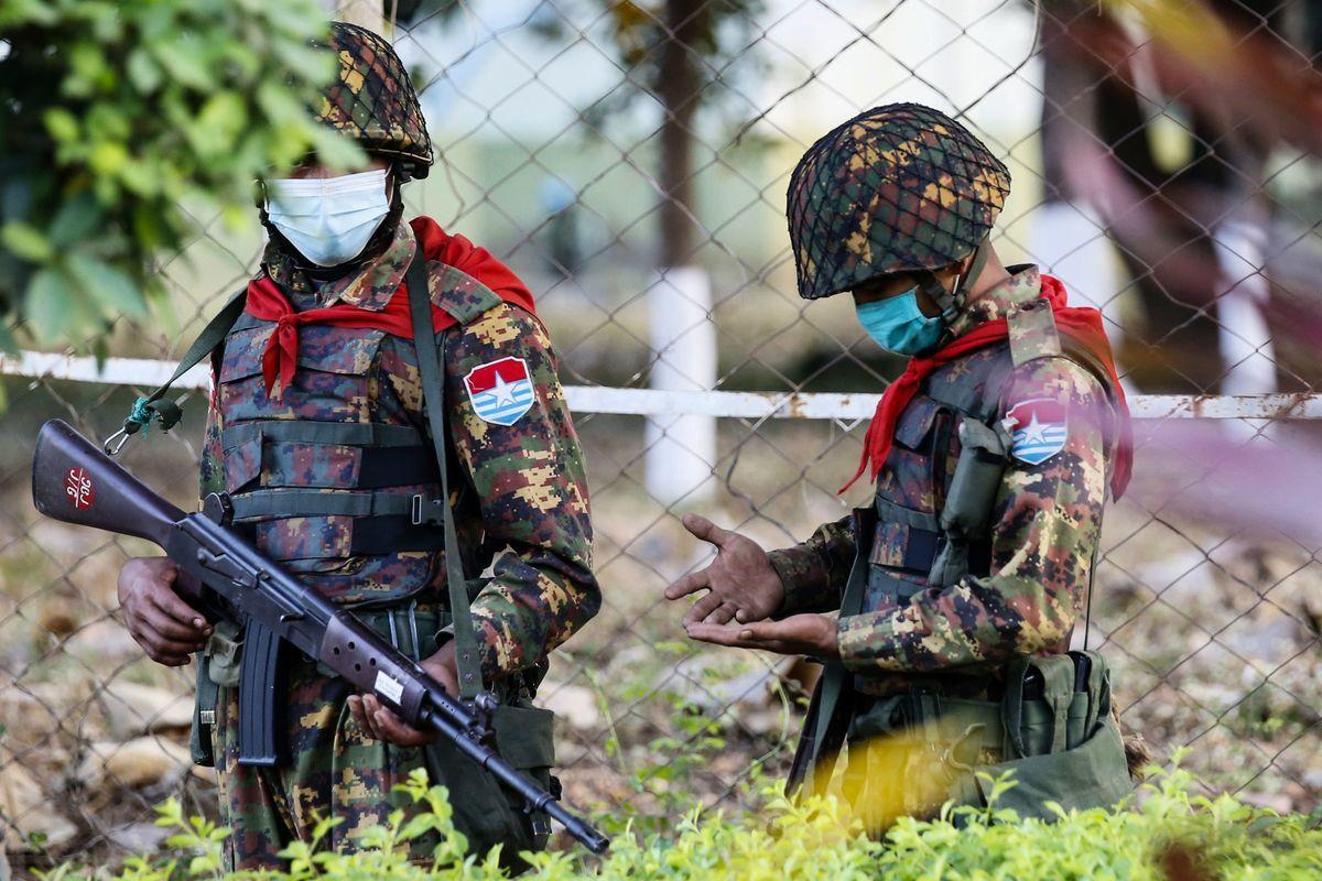 2021年2月2日,緬甸士兵在國會議員居住的賓館外執勤。(STR/AFP via Getty Images)