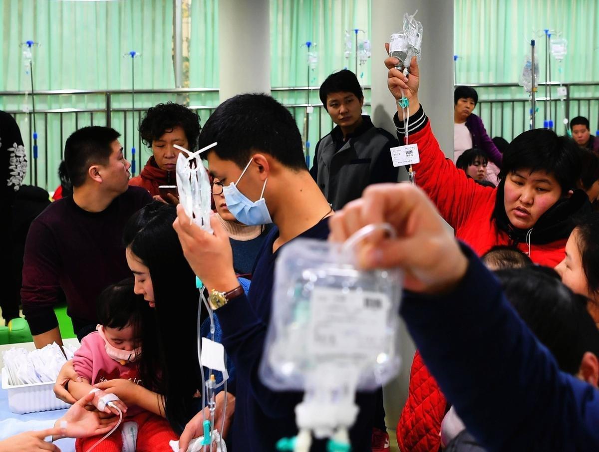 目前大陸已進入流感流行季節。圖為1月9日,石家莊的河北省兒童醫院輸液大廳內人滿為患。(大紀元資料室)