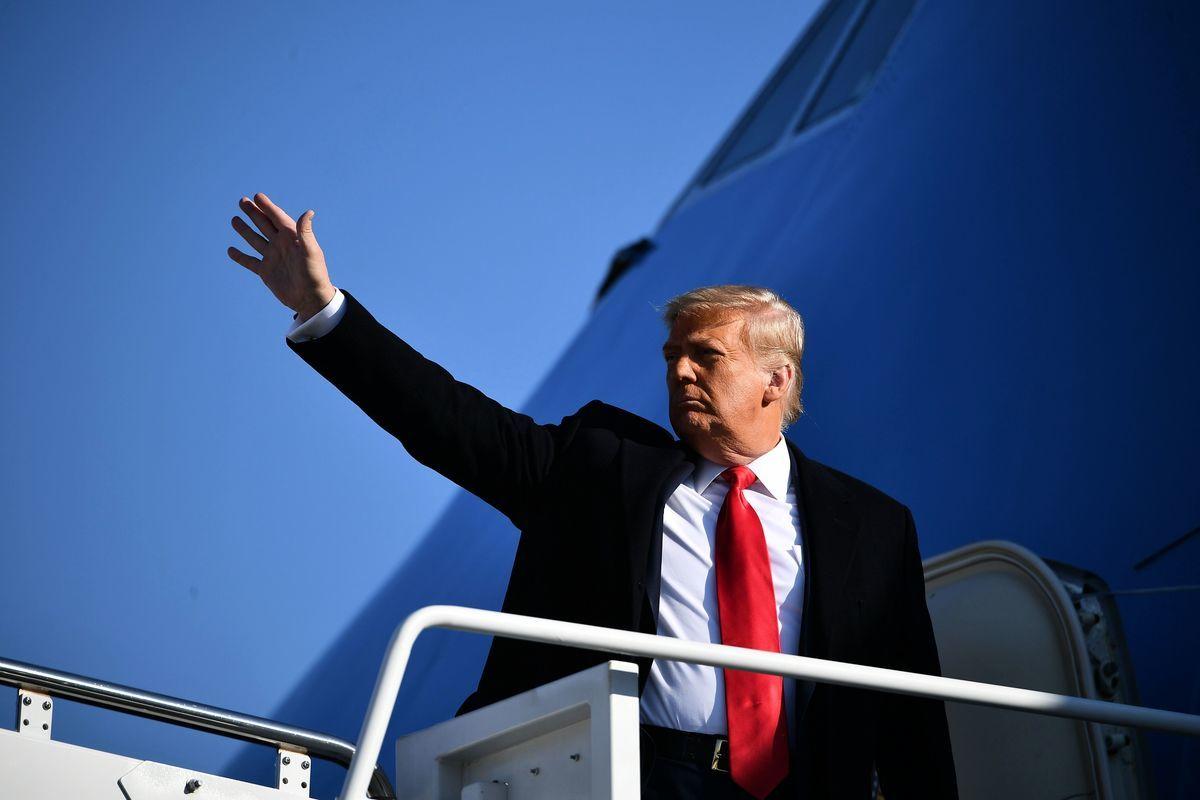2021年1月12日,美國馬里蘭州安德魯斯空軍基地(Andrews Air Force Base),總統特朗普登上空軍一號前向媒體揮手,他準備前往德薩斯州視察邊境牆。(MANDEL NGAN/AFP via Getty Images)