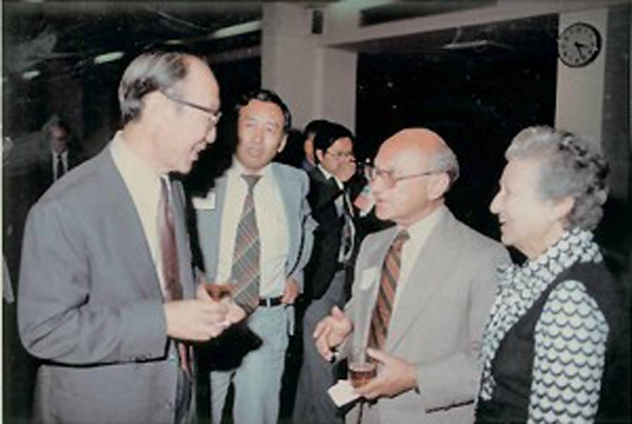 1976年諾貝爾經濟學獎得主密爾頓.弗利曼(M. Friedman)與其夫人(右)在中華經濟研究院歡迎會與中經究院院長蔣碩傑(左一)和于宗先副院長(左二)談話。(中華經濟于究院提供)