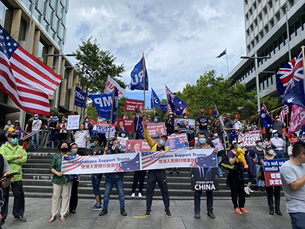 全球矚目的美國大選進入塵埃落定的關鍵時刻。1月6日,澳洲民眾再次在悉尼市中心舉辦挺特朗普連任、反竊選的遊行集會。圖為悉尼馬丁廣場的集會現場。(李睿/大紀元)