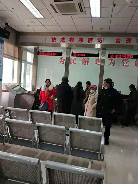 重慶長壽區訪民在信訪辦要求政府重視訪民生活困難問題,並給予回覆。(受訪者提供)