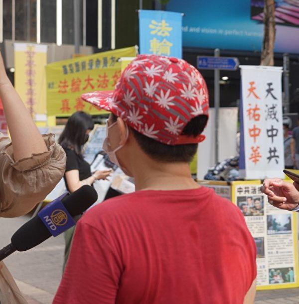 目睹旺角法輪功真相點被襲擊的小販陳姐(化名),譴責共產黨在香港製造白色恐怖。(余鋼/大紀元)
