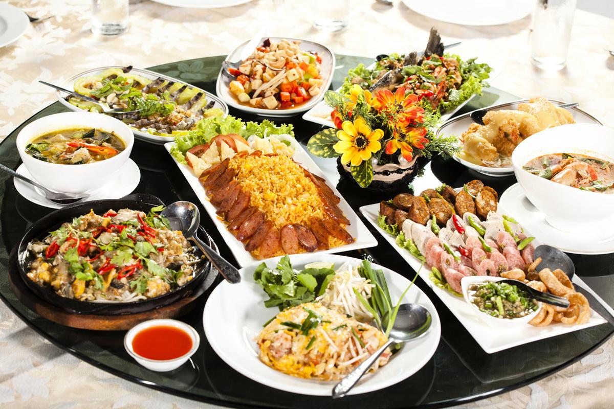日本作家木下諄一稱,請客是台灣人最帥氣的地方。圖為一桌豐盛的美食。(Fotolia)