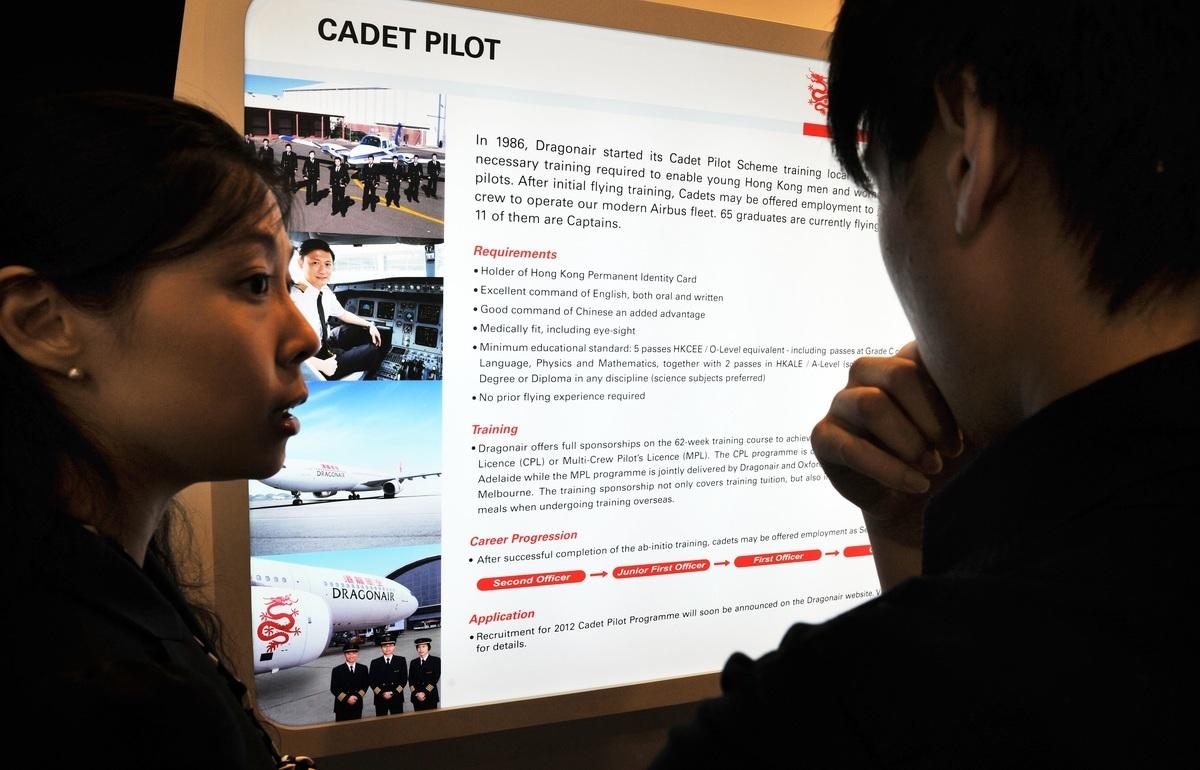 2011年8月26日,香港國際機場舉行的飛行員招聘會現場,與本文無關。(LAURENT FIEVET/AFP/Getty Images)