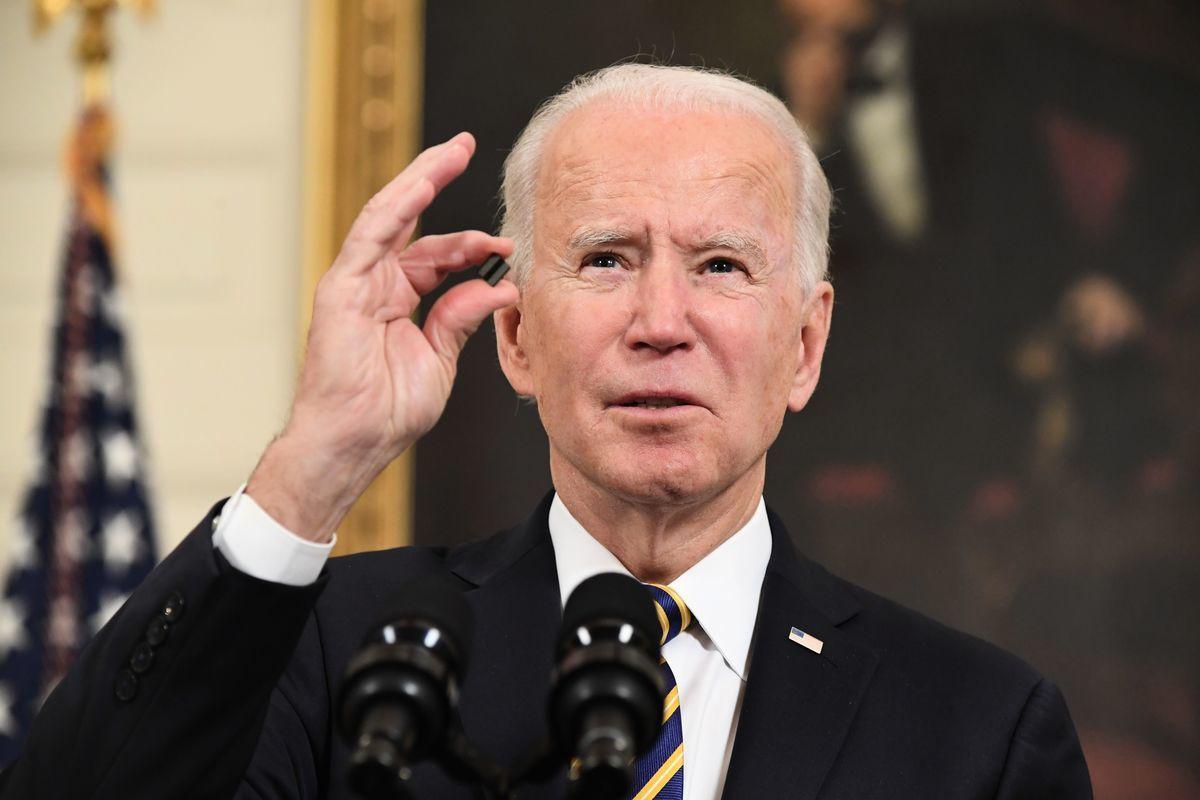 2021年2月24日,美國總統喬·拜登在白宮簽署一項確保關鍵供應鏈安全的行政令前,手持一枚微晶片發言。(SAUL LOEB/AFP via Getty Images)