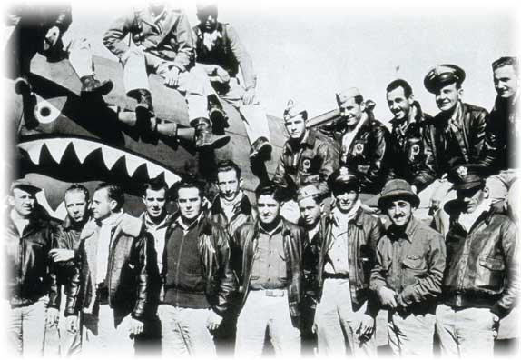 美籍志願大隊飛行員與P-40戰鬥機合照。(公有領域)