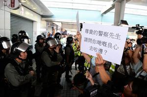【9.7反送中組圖】抗爭者聚集東涌站 向警察道德勸說