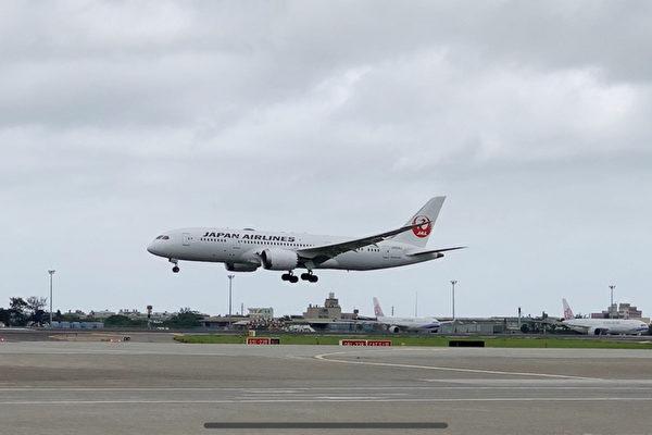 載運疫苗的日本航空JL809班機6月4日下午抵達桃園機場。(中央社)