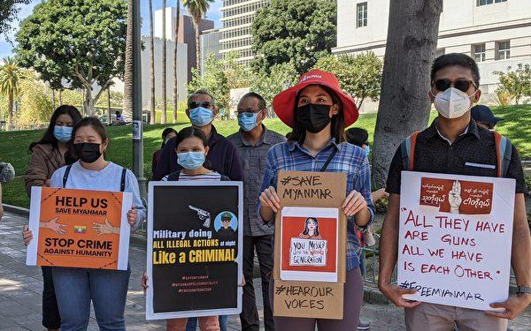2021年4月3日,洛杉磯市政府前抗議緬甸軍政府濫殺的民眾。(徐繡惠/大紀元)