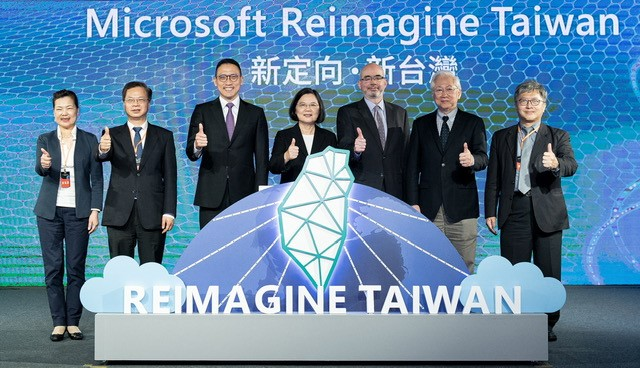 總統蔡英文(中)、台灣微軟總經理孫基康(左3)出席一起主持啟動儀式。(微軟提供)