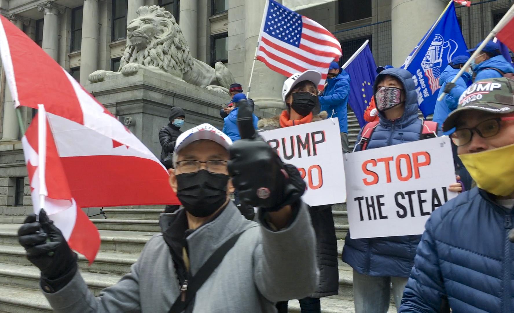 2020年11月14日,數十位加拿大華裔聚集在溫哥華藝術館北廣場舉行集會,表示支持世間的正義公平。(大宇/大紀元)