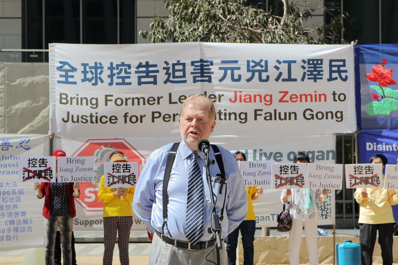 2015年10月3日,墨爾本部份法輪功學員在市中心城市廣場舉辦訴江集會。圖為布殊(Andrew Bush)在集會現場發言。(陳明/大紀元)
