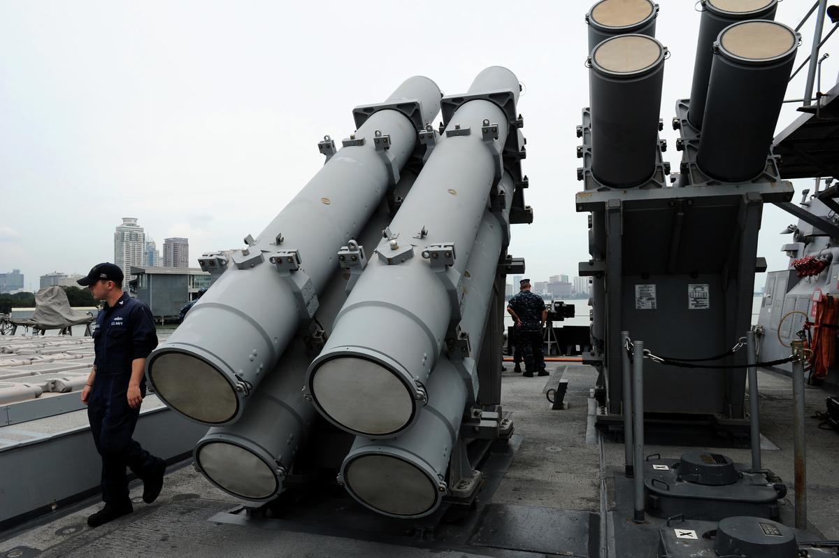 圖為2012年8月18日,美軍米利厄斯號神盾驅逐艦(DDG69)訪問菲律賓的馬尼拉,一位軍官走過艦上的魚叉導彈發射器。(NOEL CELIS/AFP/Getty Images)