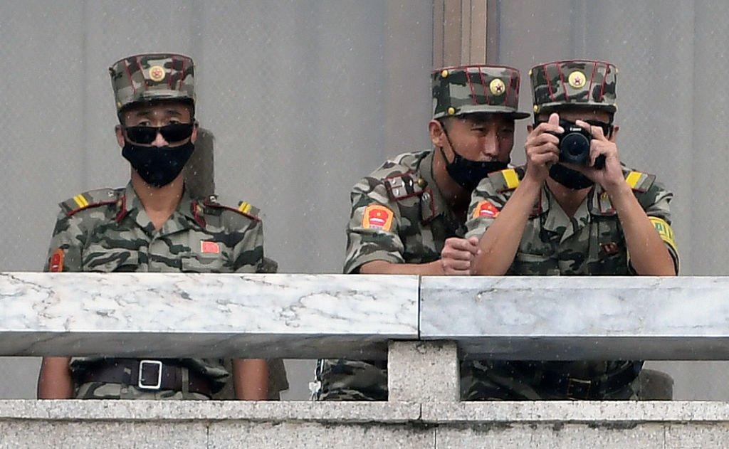 據傳最近試圖脫北的北韓人中有80~90%是青年。圖為2018年4月18日,北韓士兵在南韓板門店非軍事區(DMZ)的南北韓板門店邊境村站崗。 (Chung Sung-Jun/Getty Images)