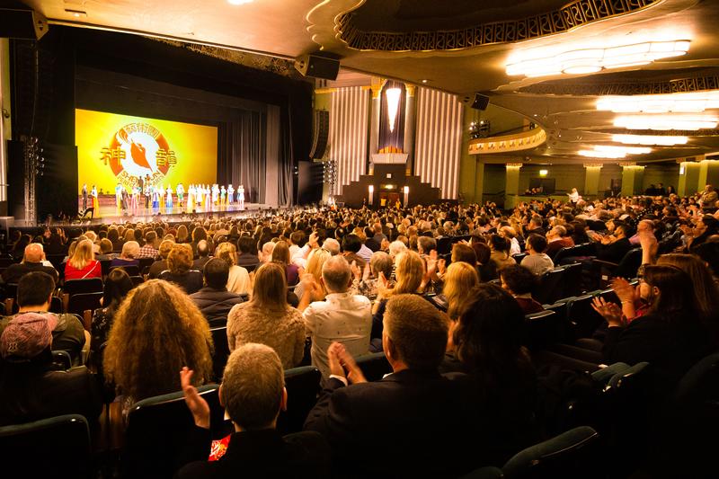 4月26日晚,神韻紐約藝術團於倫敦漢默史密斯阿波羅劇院(London Eventim Apollo)上演了神韻今年在倫敦的第五場演出,演出爆滿。(羅源/大紀元)