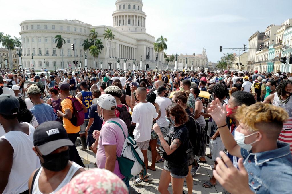 2021年7月11日,數千名古巴抗議者走上街頭,抗議這個共產黨統治的國家侵犯人權、缺乏自由和不斷惡化的經濟狀況,並要求結束古巴的共產主義獨裁統治。 (ADALBERTO ROQUE/AFP)