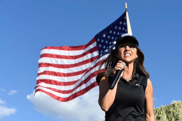 2020年10月10日,美國科羅拉多州共和黨人勞倫‧博伯特(Lauren Boebert)當選聯邦眾議員前,在科羅拉多州科洛納(Colona)的競選集會上發表演說。(JASON CONNOLLY/AFP via Getty Images)