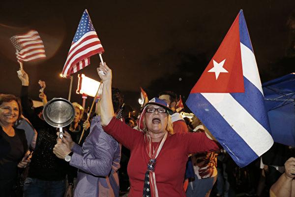 在美國佛羅里達州北部的邁阿密、流亡古巴人的聚集區對卡斯特羅去世的消息欣喜若狂。(RHONA WISE/AFP/Getty Images)