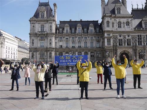 法輪功學員在巴黎市政廳廣場演示功法。(明慧網)