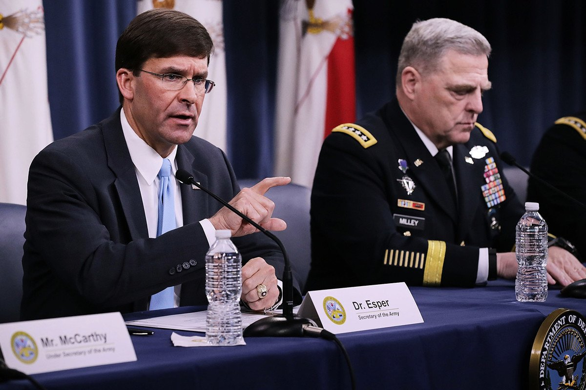10月28日,美國國防部長馬克·埃斯珀(左)和參謀長聯席會議主席馬克·米利(右)舉行新聞發佈會,介紹美國突襲並殲滅伊斯蘭國首腦巴格達迪的行動。示意圖 (Photo by Chip Somodevilla/Getty Images)