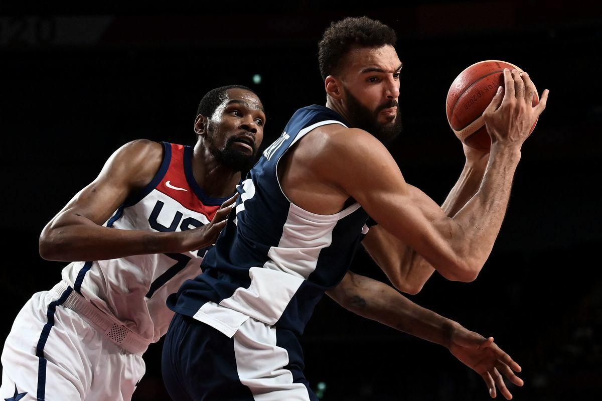美國隊的籃網球星杜蘭特(左)在防守法國隊的爵士中鋒戈貝爾。(ARIS MESSINIS/AFP via Getty Images)