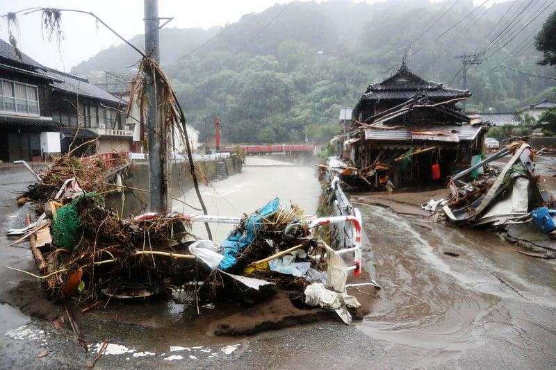 2020年7月10日,在熊本縣度八代市遭到強大暴雨之後,一片狼藉。(STR/JIJI PRESS/AFP via Getty Images)