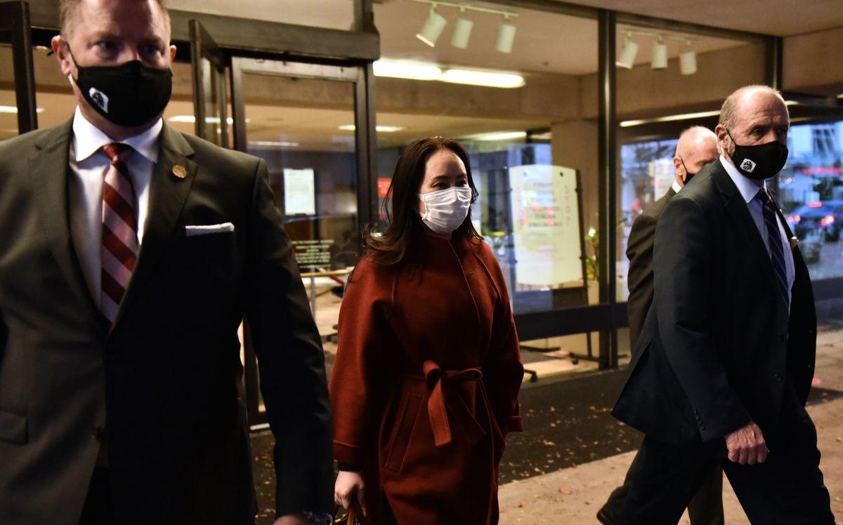 英國高等法院一名法官判決於昨天(2月19日),滙豐銀行(HSBC)無需公佈與華為首席財務官孟晚舟涉欺詐指控案件有關的內部文件,並下令她的團隊需支付8萬英鎊訴訟費。圖爲孟晚舟在2020年於加拿大卑詩高等法院出席聽證會後由保安陪同下離開。(Don MacKinnon/AFP)