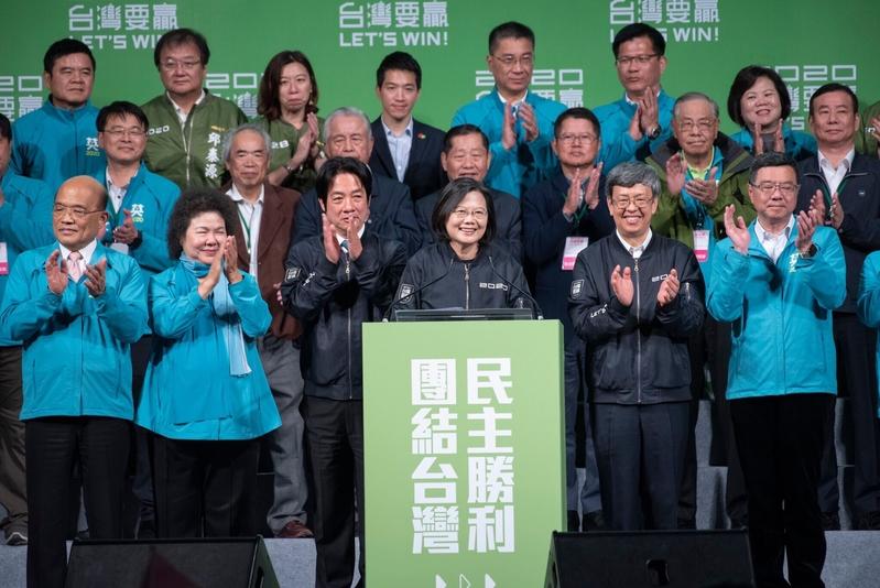 2020年1月11日,總統參選人蔡英文與副總統參選人賴清德在確定當選後,向聚集在開票中心前的民眾致謝。(民進黨提供)