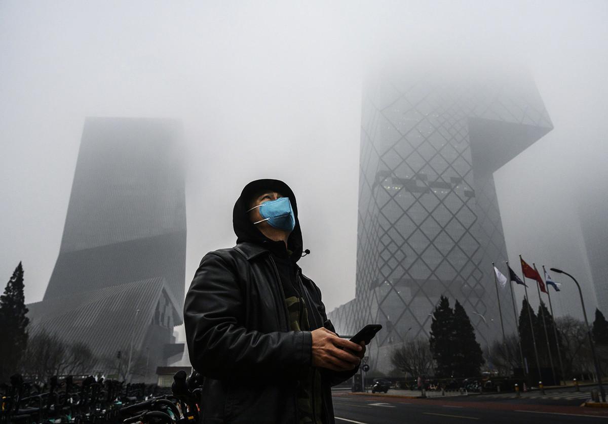 陰霾籠罩的中共喉舌央視大樓。(Kevin Frayer/Getty Images)