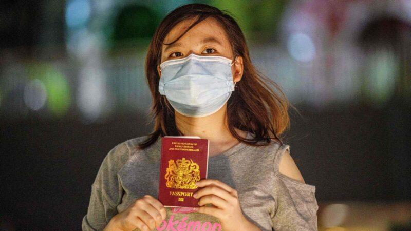 圖為一名手持BNO護照的香港女性。(ANTHONY WALLACE/AFP)