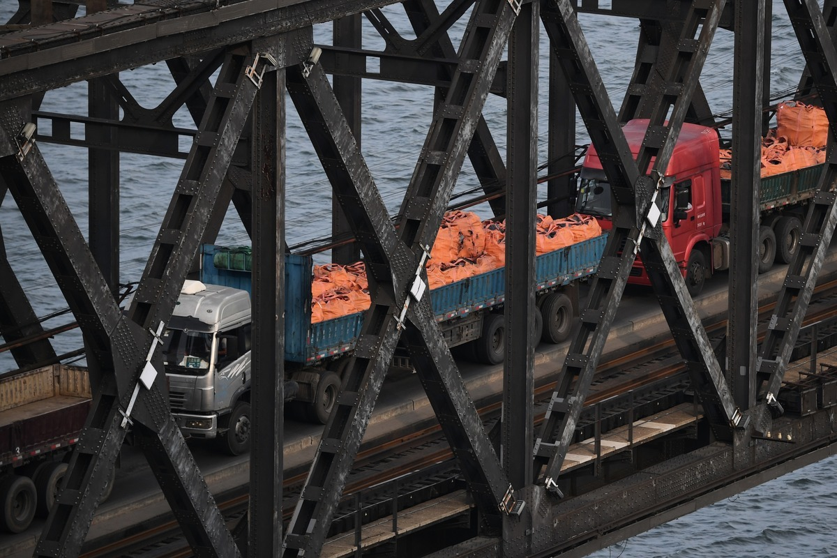 圖為丹東的大卡車通過中朝邊境大橋從北韓開回中國。(GREG BAKER/AFP/Getty Images)
