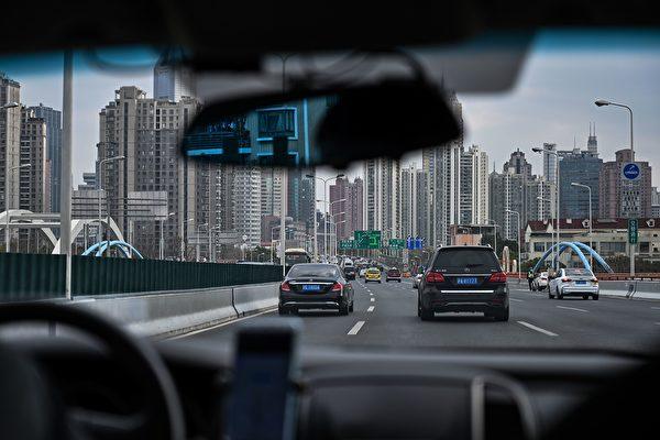 上海確診案例零增長的數據真實性,令經濟復工存在隱患。圖為3月2日前往上海的高速公路上。(HECTOR RETAMAL/AFP via Getty Images)