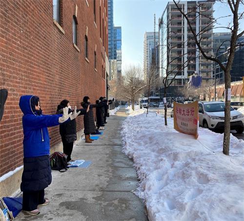 法輪功學員在芝加哥中領館前煉功。(明慧網)