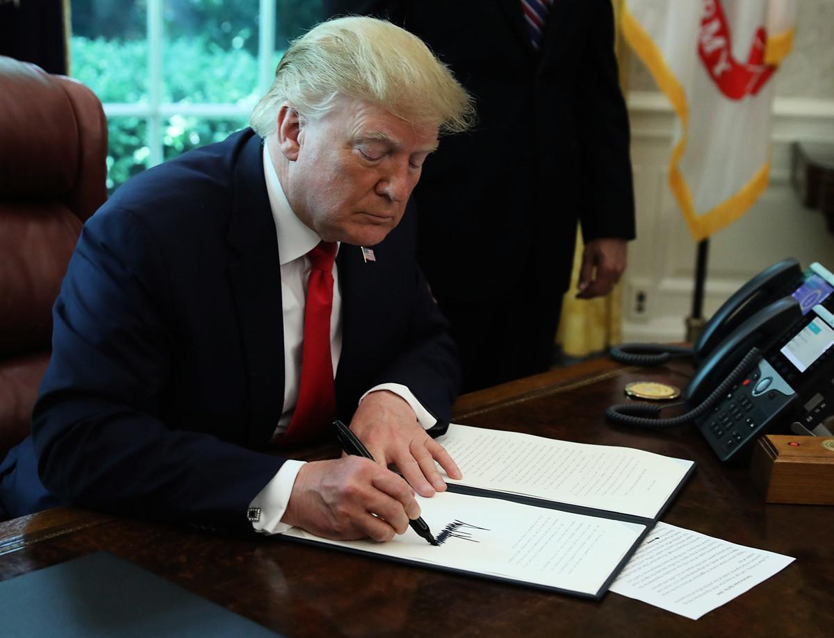 美國總統特朗普在6月25日警告伊朗說,如果伊朗攻擊美國,將會遭遇美軍勢不可擋的武力回應。圖為2019年6月24日,特朗普簽署一項行政令來制裁伊朗最高領導人。(Mark Wilson/Getty Images)