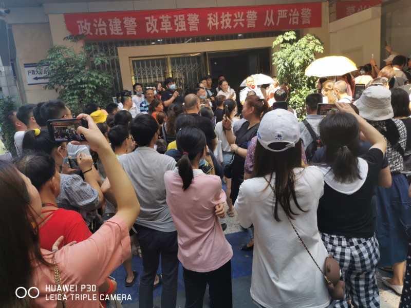 日前,重慶市「滿城房產」跑路,導致租客與房東維權,但無任何結果,警方、住建委等方互相推諉。(受訪者提供)