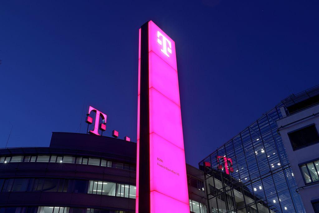 圖為德國電信公司(Deutsche Telekom)在德國西部波恩集團總部的標識。(OLIVER BERG/AFP/Getty Images)