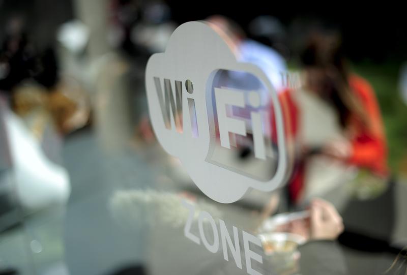 互聯網數據統計機構Internet World Stats數據顯示,截至今年3月,全球近57%的人口已連接到互聯網,隨著更多人使用互聯網,對帶寬和更快網速的需求也迫在眉睫。無線網絡(Wi-Fi)使用區。(JOSEP LAGO/AFP/Getty Images)