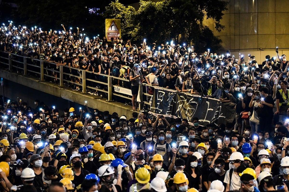 6月21日,香港民眾在香港警察總部抗議。(AFP/Getty Images)
