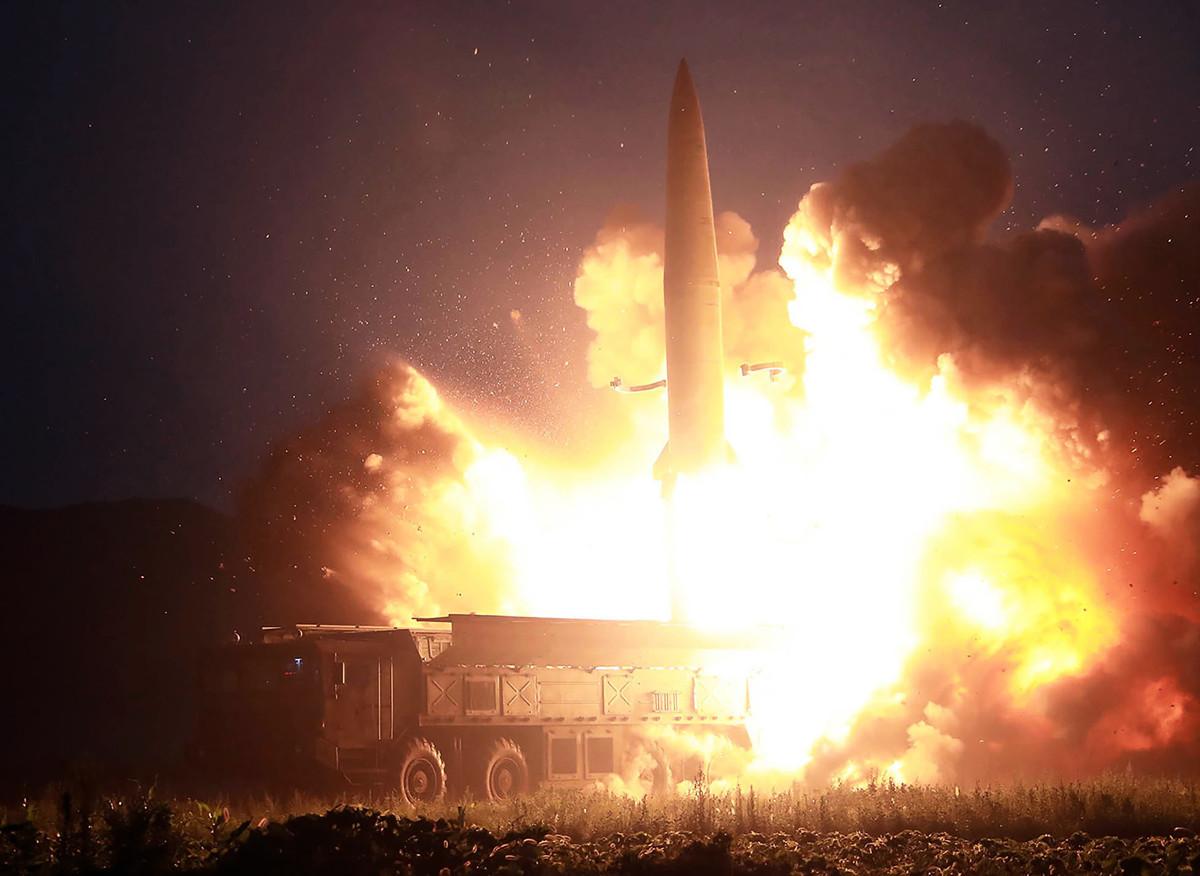 日本共同社引述消息說,北韓領導人金正恩在2018年2月左右下令量產70輛導彈發射車。圖為2019年8月6日,北韓試射兩種新型導彈。(KCNA VIA KNS/AFP)